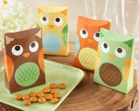 Everyone's happy, because there's bundle of joy under mom's wing! Our smiling owl gives this favor box lots of
